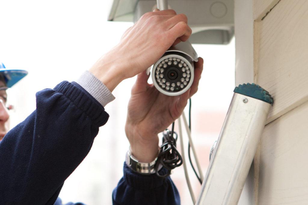 Lau chùi camera an ninh thường xuyên